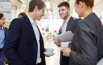 社員同士の雑談が「仕事」だけな会社は、伸びないし活気もない