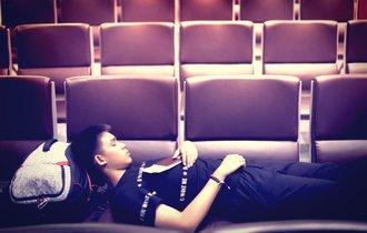 【ジョーク】どうして男は寝そべって劇場の席取りしていたのか?