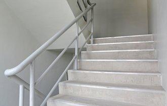 カギは「かかと」にあり。災害時に役立つ、疲れない階段の上り方