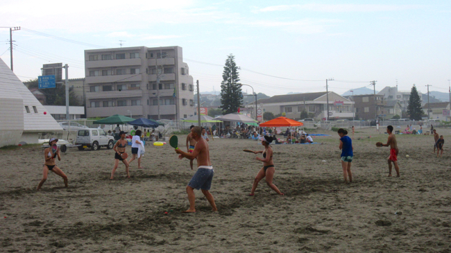 三浦海岸フレスコボールで遊ぶ人々