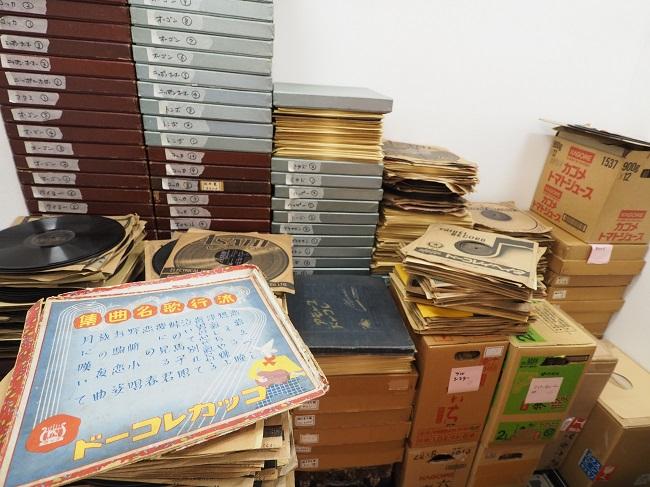 ▲「ぐらもくらぶ」の資料庫。ここで日々、昭和30年代までのレコードが研究され、復刻盤として再び命を吹き込まれる。