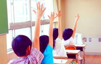 猛暑でも「水筒ダメ」。なぜ小学校の多くは校則を改めないのか?