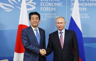安倍首相が青ざめたプーチン「日ロ平和条約」提案のちゃぶ台返し