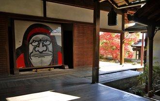 真紅に染まる侘び寂びの池。京都持統院で紅葉と往年の名優を偲ぶ