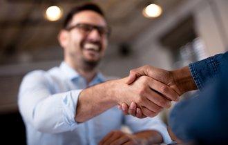 損するだけなのに。なぜ中小企業は大手とばかり手を組むのか
