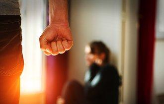 「男らしさ」の呪縛。DV加害者の心の傷を癒やす方法はあるのか