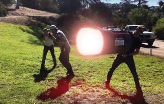 【動画】レーザー砲の開発に成功した男達のドタバタ劇が面白すぎ