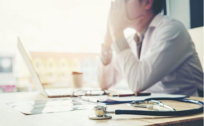 「医者の不養生」を強要。残業上限2000hまで働かされる医師の悲惨