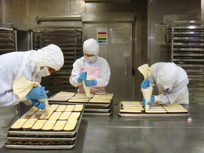 プレミアムチーズケーキ製造風景