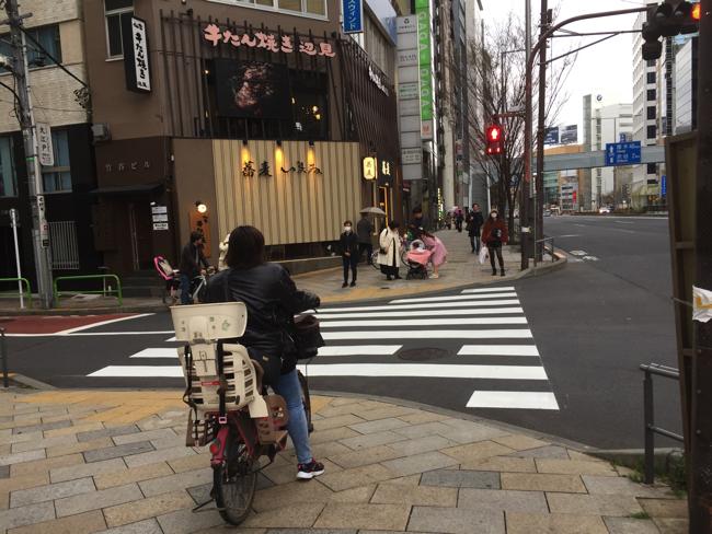 青山通りではベビーカーや電動自転車の往来も多い