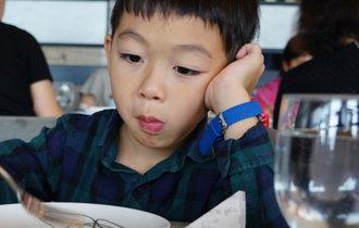 整え、認め、褒める。食事中の肘つきが直らない子供への対処法