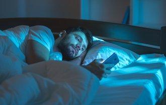 寝る前ギリギリまで見ている人は要注意。スマホが脳を疲れさせる