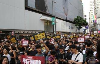 中共の差し金か。香港デモ参加者を襲撃する白Tシャツ集団の正体