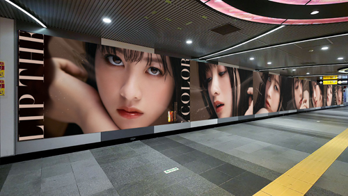 """渋谷駅で""""オトナ環奈""""急接近「#近すぎる橋本環奈展」"""