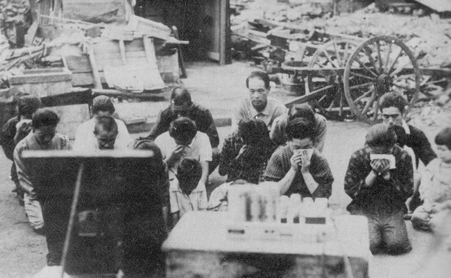 1600px-Japanese_civilians_listening_to_the_surrender_broadcast