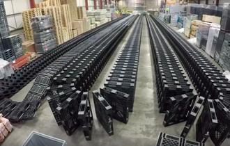 【動画】倉庫のパレットを1377枚使った巨大ドミノが気持ちいい