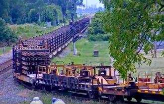 【動画】400m超のめちゃ長レールを運搬する貨物列車が長っ!