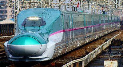 1280px-Shinkansen_(bullet_train)_:_The_Hayabusa_super_express_(Series_E5_train)