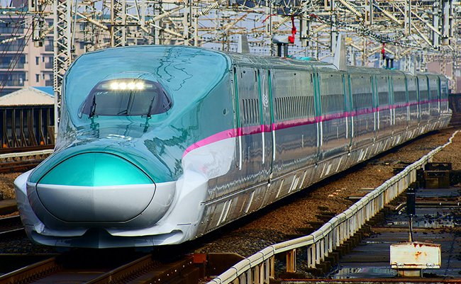 1280px-Shinkansen_(bullet_train)_:_The_Hayabusa_super_express_(Series_E5_train)