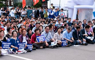 安倍総理「に」文大統領「は」謝罪せよ、と叫ぶ韓国人集団の正体