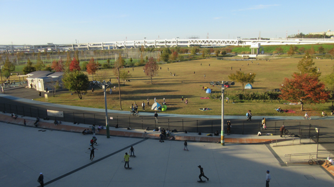 新横浜公園。スケボー広場と草地広場