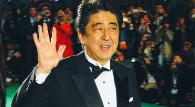 1024px-Japanese_Prime_Minister_Abe_Shinzo_@_26th_Tokyo_International_Film_Festival_日本内閣総理大臣安倍晋三_第26回_東京国際映画祭