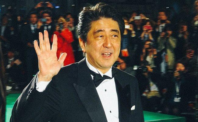1024px-Japanese_Prime_Minister_Abe_Shinzo_@_26th_Tokyo_International_Film_Festival_日本内閣総理大臣安倍晋三_第26回_東京国際映画祭