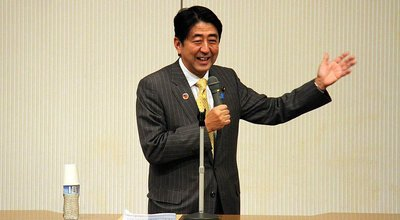 1024px-Shinzō_Abe_lectures_at_Meiji_Institute_for_Global_Affairs_Symposium