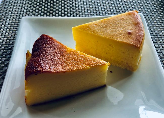 オーブン・ミトンのバスク風チーズケーキ(左 496円、税込)、オリジナルチーズケーキ(右 432円、税込)