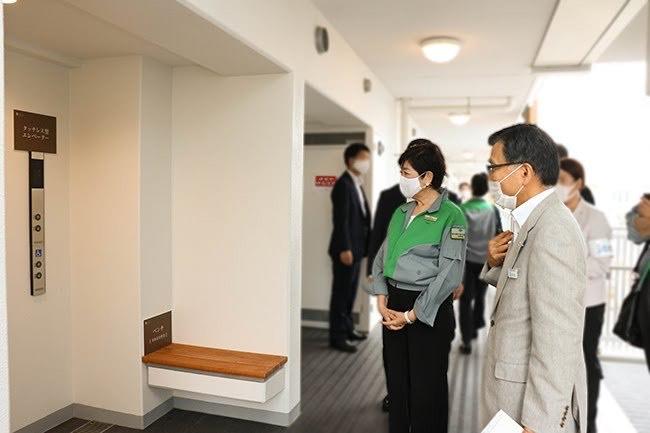 コーシャハイム新中野テラスのタッチレスエレベーターを視察する、小池百合子東京都知事