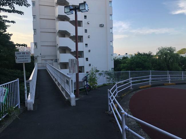 35号棟と東戸山小学校に至る坂道