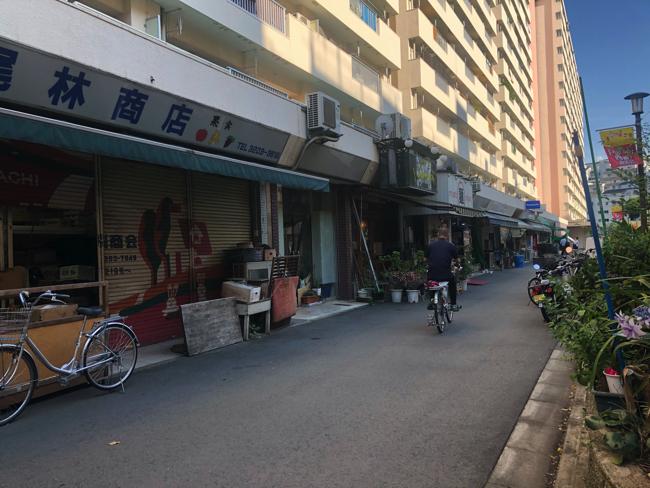 全般にシャッター街化している、戸山ハイツの商店街