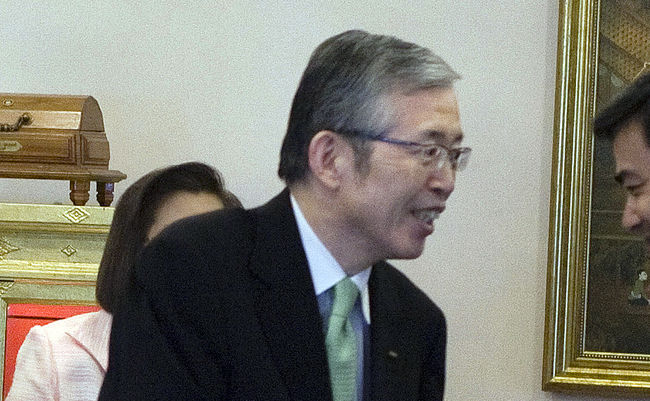 Mr.Nagamori_met_Abhisit_Vejjajiva_in_2010