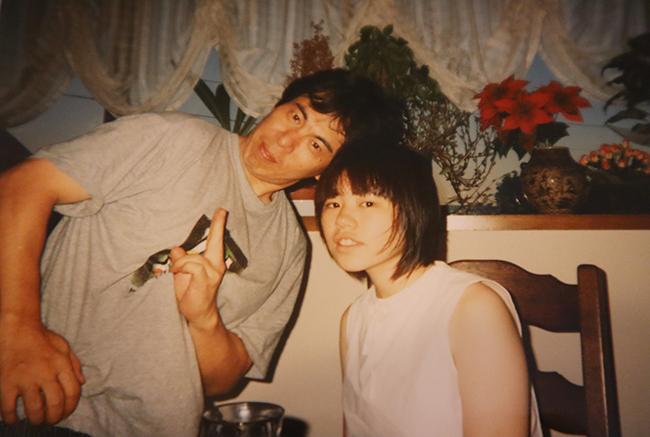 父・洋一と自宅で(90年代後半頃)