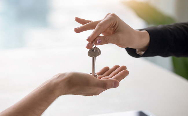 Real,Estate,Agent,Giving,Keys,To,Apartment,Owner,,Buying,Selling