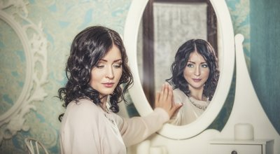 Beautiful,Woman,In,The,Mirror,Reflected,The,Smiles,Magically,In